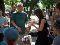 Ľuboš Zaťko v stánku Umenie pre všetkých na hudobno-čitateľskom workshope