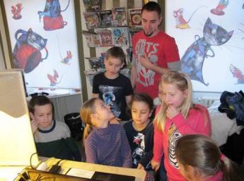 Deti z Ateliéru BAB pri tvorbe animovaného filmu Les – domov zvierat