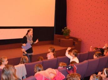 Michaela Mertová z Národního filového archívu v Prahe diskutuje po predstavení s malými divákmi v kine Mladosť