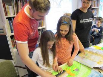 Deti a ich lektori z Ateliéru BAB pri tvorbe filmu Les – domov zvierat