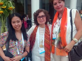 Stretnutie na 36.kongrese IBBY s indonézskymi účastníkmi, zľava:  ilustrátorka Mária Christiana, Murti Bunanta, prezidentka indonézskej sekcie Ibby, a Zuzana Jarošová, Generálna komisárka Bienále ilustrácií Bratislava.
