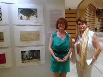 Na 36.svetovom kongrese IBBY v Aténach nechýbala ani výstava ilustrátorov ocenených na BIB 2017. Sprava: Zuzana Jarošová, Generálna komisárka BIB a Timotea Vráblova, prezidentka slovenskej sekcie Ibby