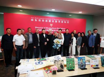 Prezentácia kníh  na Medzinárodnom knižnom veľtrhu v Šanghai 16.11.2019. Uprostred čínsky  ilustrátor Chengliang Zhu ocenený  Zlatým jablkom BIB 2019, vľavo Liz Page, výkonná riaditeľka IBBY, vpravo Zuzana Jarošová, Generálna komisárka BIB, Hai Fei, zakladateľ CBBY, Yu Rong čínska ilustrátorka ocenená Zlatým jablkom BIB 2013,editori Shandong Education Press,prezident Dongje Liu