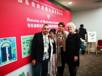 Sprava: Liz Page, výkonná riaditeľka IBBY, Švajčiarsko, Zuzana Jarošová,Generálna komisárka BIB  a Yu Rong ,čínska ilustrátorka ocenená Zlaté jablko BIB 2013.