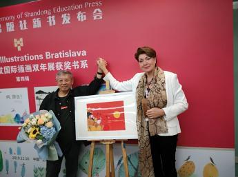 Zuzana Jarošová, Generálna komisárka BIB  a  čínsky ilustrátor Chengliang Zhu,ocenený  Zlaté jablko BIB 2019.