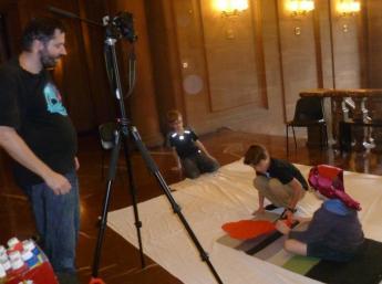 """Boris Šima, vedúci tvorivej dielne, s deťmi pri nakrúcaní animovaného filmu """"Cesta okolo sveta za štyri dni"""""""