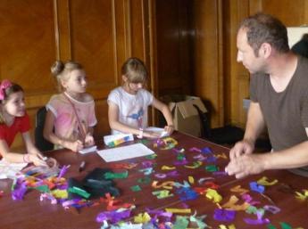 """Martin Snopek, vedúci tvorivej dielne, s deťmi pri nakrúcaní animovaného filmu """"Janko Hraško"""""""