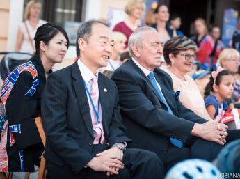Zľava japonský veľvyslanec Jun Shimmi a riaditeľ BIBIANY Peter Tvrdoň sledujú úvodný program
